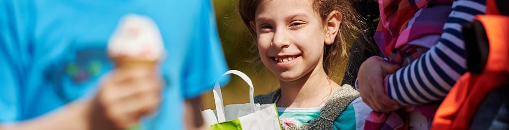 Portrait eines lächelnden Mädchen in Mitten einer Gruppe Kinder.