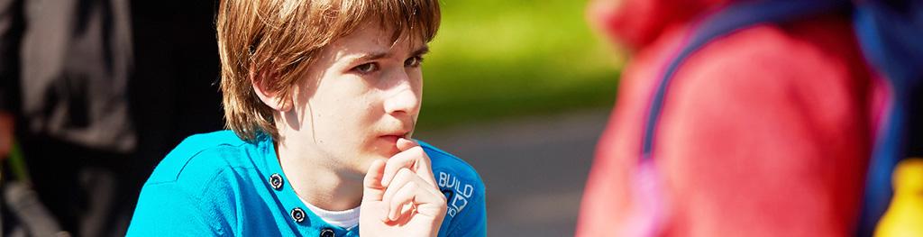 Portrait eines Jungen der nachdenklich zur Seite schaut.